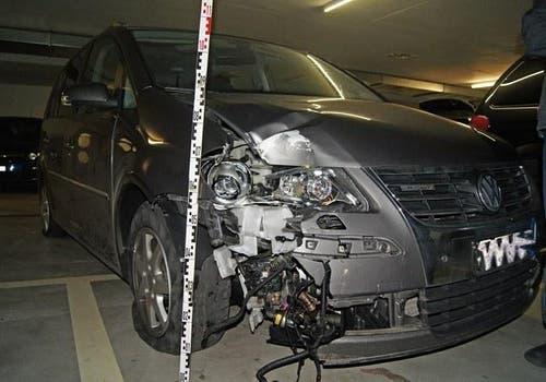 Weil er viel zu viel getrunken hatte, ist ein 38-jähriger Autofahrer in Zug verunfallt. Statt den Schaden zu melden, versteckte er sich zu Hause. Doch sein beschädigtes Auto verriet ihn: Ausgelaufene Flüssigkeit führte die Polizei direkt zum Beschuldigten. (Bild: Zuger Polizei)