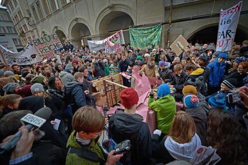 Mit Transparenten protestieren die Schüler gegen die Sparmassnahmen. (Bild: Pius Amrein/Neue LZ)