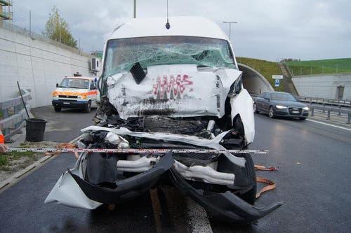30. Oktober: Auf der Autobahn A4 bei Mettmenstetten ist es zu einer heftigen Kollision gekommen. Resultat: Ein Schwerverletzter. Passiert ist der Unfall vor dem Rütelitunnel. Dort prallte ein 55-jähriger Lieferwagenlenker heftig in das Heck eines vorausfahrenden Sattelschleppers. Der Mann wurde im Fahrzeug eingeklemmt und musste durch die Feuerwehr geborgen werden. (Bild: Zuger Polizei)