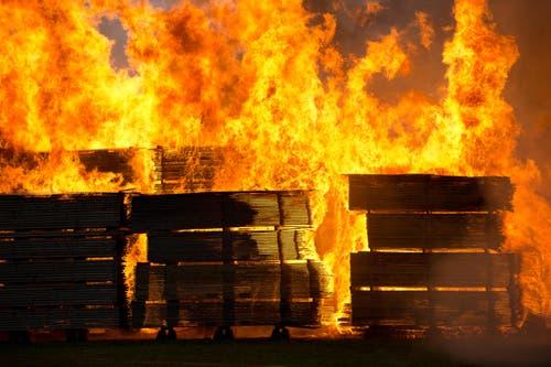 Die Flammen lodern hoch. (Bild: Dominik Wunderli / Neue LZ)