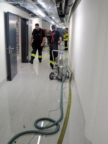 Mit Wassersaugern und einer Tauchpumpe musste Wasser aus Kellerräumen abgepumpt werden. (Bild: FFZ)