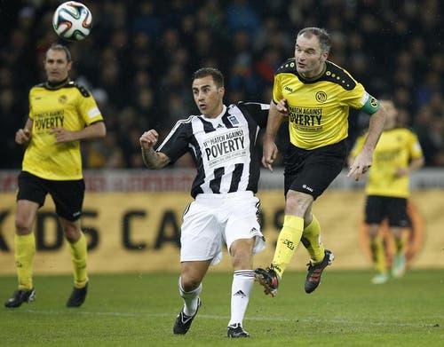 Für die Young Boys trifft Stephane Chapuisat zum 3:0. Fabio Cannavaro kommt zu spät. (Bild: Keystone)