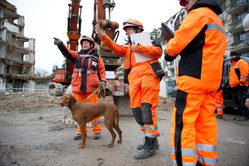 Theres Jans mit Hund Nanya lässt sich von Linda Hornisberger, Chef Ortung, informieren. (Bild: Corinne Glanzmann (Neue LZ))