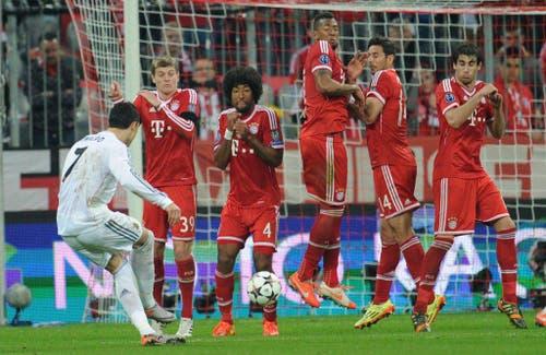Real Madrids Cristiano Ronaldo trifft gegen Bayern München. Am Ende fliegen die Deutschen mit 0:4 vom Platz. (Bild: Keystone)