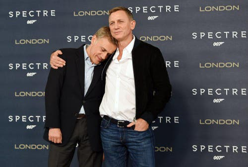 Sie haben sich also doch lieb: James Bond-Darsteller Daniel Craig (rechts) und Bösewicht Ernst Stavro Blofeld als Christoph Waltz. (Bild: EPA / Facundo Arrizabalaga)