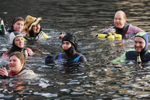 Zufriedene Silvesterschwimmer in der Reuss. (Bild: Boris Bürgisser / Neue LZ)