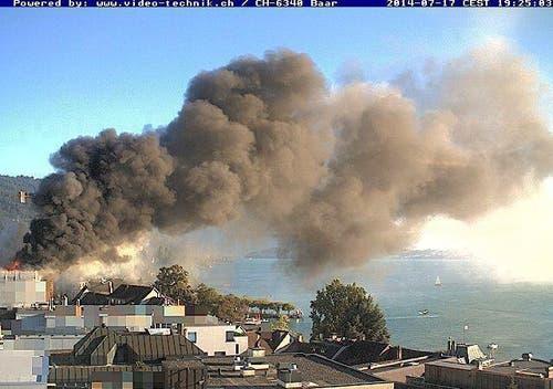 17. Juli: Brand der Zuger Kantonalbank. Der Rauch erstreckte sich über die ganze Stadt. (Bild: Webcam Stadt Zug)