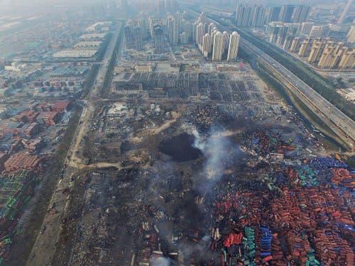 12. August: In der chinesischen Hafenstadt Tianjin geht ein gigantisches Chemikalien-Lager in die Luft. Bei der zerstörerischen Explosion und dem anschliessenden Grossfeuer sterben mindestens 85 Menschen. (Bild: Keystone/EPA)