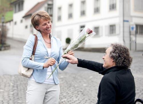 Karin Kayser nimmt vom Langendorfer Gemeindepräsidenten Peter Berger Glückwünsche entgegen. (Bild: Corinne Glanzmann / Neue NZ)