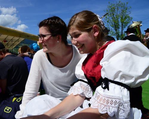 Auch junge Leute genossen den Tag. (Bild: Robert Hess / Neue OZ)