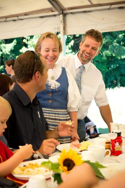 Die Gastgeber Marianne und Armin Gassmann beim Reden mit Gästen. (Bild: Dominik Wunderli / Neue LZ)