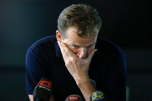 Kevin Schläpfer, Trainer des EHC Biel, kann seine Tränen an einer Medienkonferenz nicht mehr zurückhalten. Er wurde vom Eishockeyverband angefragt, ob Nationaltrainer werden möchte, er wurde aber von Biel nicht aus dem bis 2018 laufenden Vertrag freigegeben (15. Oktober). (Bild: Keystone / Peter Klaunzer)