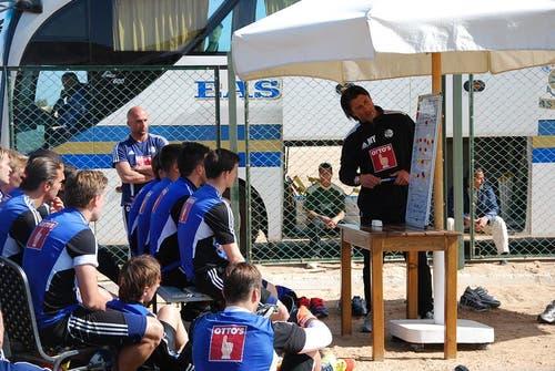 Murat Yakin zeigt und erklärt der Mannschaft an der Tafel, wie sie taktisch spielen soll. (Bild: Daniel Wyrsch / Neue LZ)