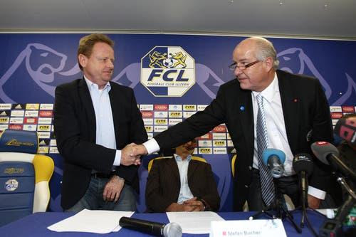 Handshake von FCL-Präsident Walter Stierli (rechts) und Rolf Fringer. (Bild: Philipp Schmidli/Neue LZ)