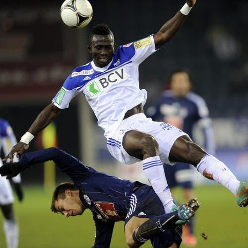 Sekou Sanogo von Lausanne, oben, gegen Alain Wiss. (Bild: Keystone)