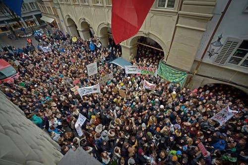 Eine beachtliche Menge fand sich vor dem Regierungsgebäude ein. (Bild: Pius Amrein/Neue LZ)