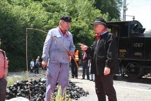 Symbolisch für neuen Zeiten übergibt Hans Berchtold (rechts) für die Kutschenfahrer dem Lokführer René Zimmermann eine Geissel für das stählerne Ross. (Bild: Marion Wannemacher / Neue OZ)