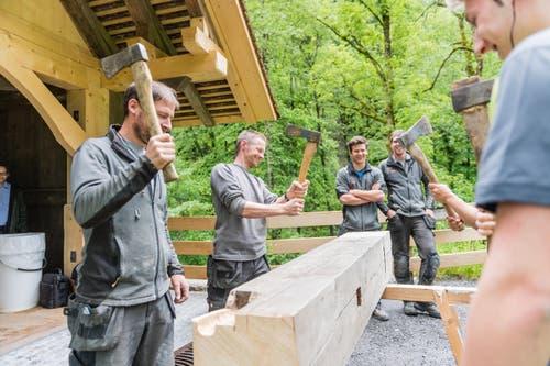 Zimmermann ist ein Beruf mit Tradition: Wenn die Arbeit auf einer Baustelle beendet ist, gibt es das Feierabendklopfen. (Bild: Roger Grütter / Neue LZ)
