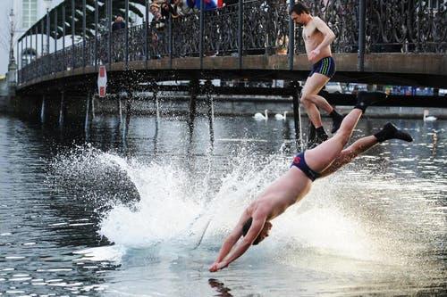 Einige wollten es - als Mutprobe - noch einmal wissen uns sprangen ohne Neopren-Anzug abermals in den Fluss. (Bild: Boris Bürgisser / Neue LZ)