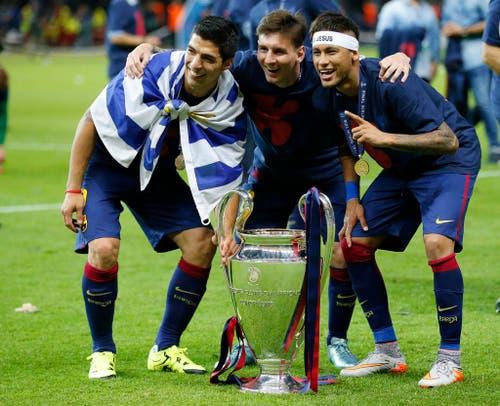 Barcelona gewinnt den Champions League Final gegen Juventus Turin in Berlin mit 3:1. Auf dem Bild posieren Luis Suarez, Lionel Messi und Neymar (von links) mit dem Pokal (6. Juni). (Bild: EPA / Frank Augstein)