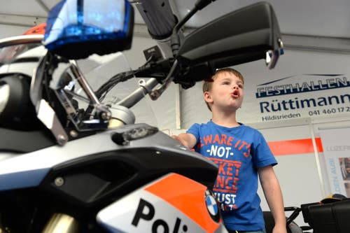 Lian Michel auf dem Polizeimotorrad an der Luga. (Bild: Nadia Schärli / Neue LZ)