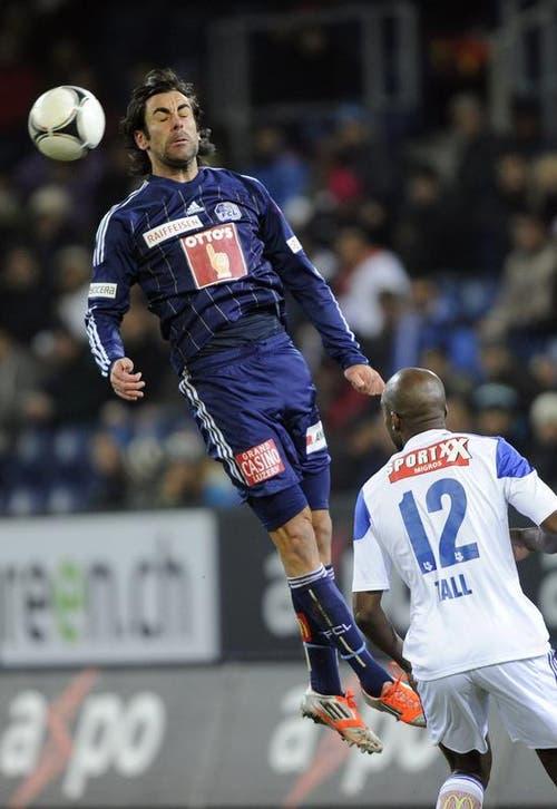 Tomislav Puljic vom FC Luzern (links) gegen Abdel Chahksi von Lausanne. (Bild: Keystone)