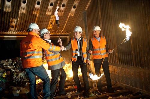 Sie zündeten am 7. Januar 2015 das Renergia-Feuer (von links): Ruedi Kummer (Gesamtprojektleiter), Franz-Xaver Muheim (Verwaltungsratspräsident Renergia AG), Martin Zumstein (Geschäftsleiter Real) und Jürg Meyer (Initiator der Renergia). (Bild: Boris Bürgisser / Neue LZ)