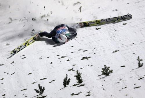 Simon Ammann stürzt beim Skispringen in Bischofshofen schwer (6. Januar). (Bild: EPA / Daniel Karmann)