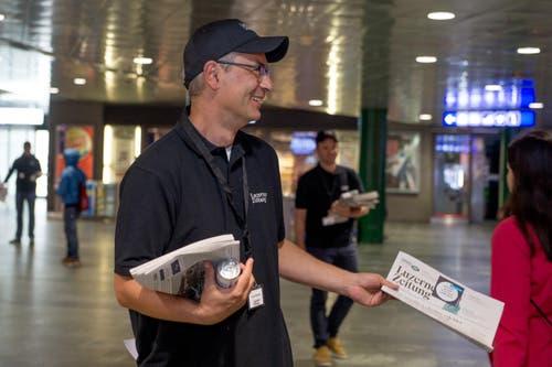 Pascal Hollenstein, Leiter Publizistik, verteilt eine Luzerner Zeitung. (Bild: Nadia Schärli / Neue LZ)
