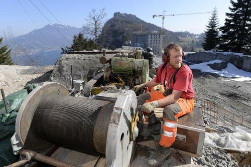 Ein Arbeiter ist mit einer Kabelrolle beschäftigt. (Bild: Keystone)