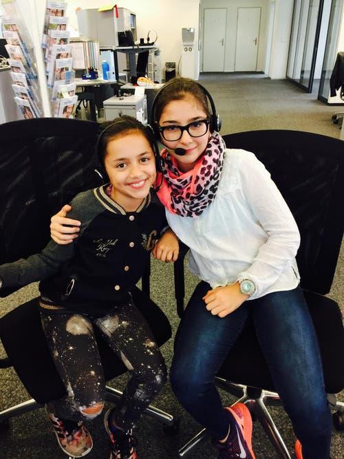 Alina und Amélie im Kundencenter der CSS in Luzern. (Bild: Simone Vogel)