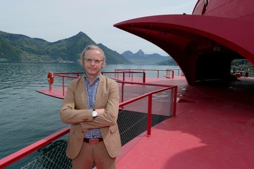 Der Projektleiter und künstlerische Gesamtleiter Christoph Risi posiert auf der Seerose. (Bild: URS FLUEELER)