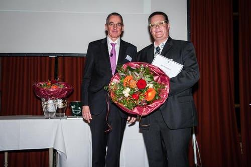 Im Bild ist der Vertreter vom Verein Zukunftsgestaltung Emmen Daniel Burch (rechts) mit Stiftungspräsident Peter Kasper. (Bild: Roger Grütter/Neue LZ)