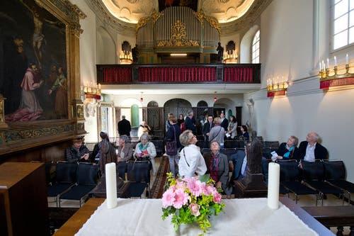 Die Besucher bestaunen die renovierte Kapelle. (Bild: Dominik Wunderli / Neue LZ)