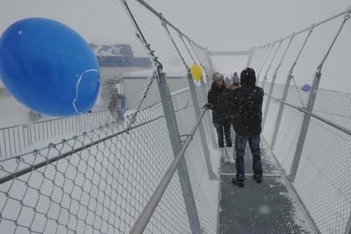 Offizieller Eröffnung am 7. Dezember: Der ein Meter breite Gehweg über die Hängebrücke gewährt den Besuchern (bei schönem Wetter) einen Blick in den 500 Meter tiefen Abgrund. (Bild: Boris Bürgisser / Neue LZ)
