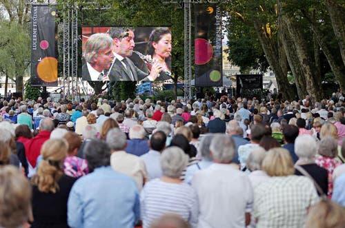 16. August 2013: Das Lucerne Festival lockte 2013 137'500 Besucher an. Das waren 25'000 mehr als im Vorjahr. Beliebt war auch das Public Viewing auf dem Inseli, wie dieses Bild eindrücklich beweist. (Bild: Philipp Schmidli / Neue LZ)
