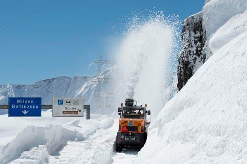 Der Schnee reicht auf dem Pass bis knapp unter die Tafeln. (Bild: Keystone / Urs Flüeler)