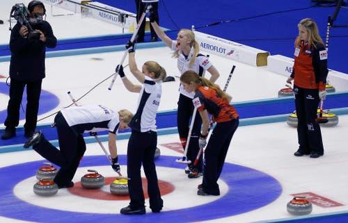 Das Curling-Team um Skip Alina Pätz holt sich bei der Curling-WM im japanischen Sapporo den Titel mit einem 5:3-Sieg gegen Kanada (22. März). (Bild: AP / Shizuo Kambayashi)