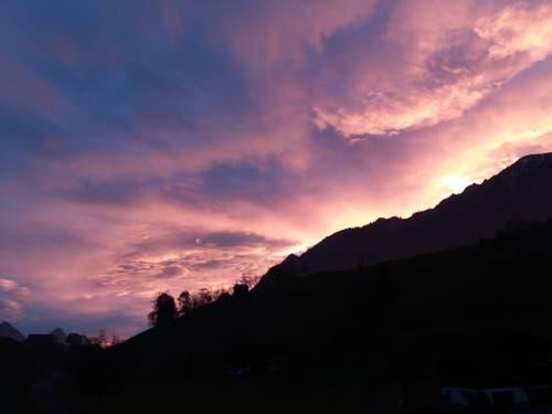 Sonnenaufgang über dem Buochserhorn, aufgenommen in Oberdorf. (Bild: Annamarie Fluehler)