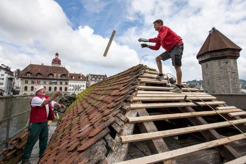 23. Oktober: Nach fast zwei Monaten Bauzeit ist Luzerns Wahrzeichen - die Kapellbrücke - wieder für die Besucher auf beiden Seiten der Reuss begehbar. Seit dem Brand im Jahre 1993 wurde das Dach nun nach gut 20 Jahren saniert. (Bild: Keystone / Alexandra Wey)