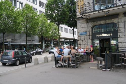 Wer nach der Wanderung noch Lust hat, trifft sich mit den Veranstaltern der Wanderung im «Roadhouse» neben dem Bahnhof Luzern. (Bild: Stefanie Nopper / Luzernerzeitung.ch)