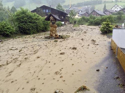eine Schlammlawine in der Nähe des Hotels Krone in Giswil (Bild: Leserbild Armin Riebli)