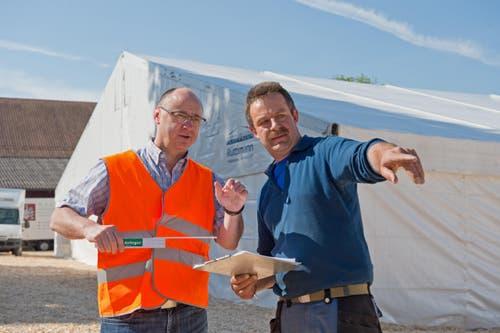«Es ist eine wahnsinnige Materialschlacht», sagt Toni Fleischlin (47, links), Bauchef des Musikfestes. (Bild: Dominik Wunderli / Neue LZ)