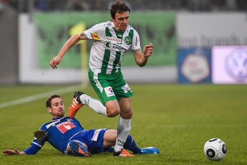 Luzerns Jérôme Thiesson, unten, kommt gegen St. Gallens Geoffrey Tréand zu spät. (Bild: Keystone / Gian Ehrenzeller)