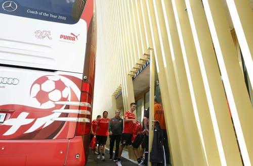 Ankunft in der Luzerner Swissporarena: Nationalcoach Ottmar Hitzfeld (im dunklen Traineranzug) mit den FCL-Spielern Alain Wiss (vorne) und Adrian Winter (hinten). (Bild: Keystone)