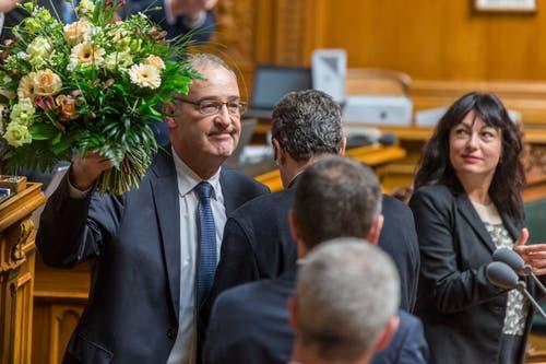 Der neugewählte Bundesrat Guy Parmelin, links, freut sich neben Ständerätin Geraldine Savary, SP-VD. (Bild: PETER KLAUNZER)