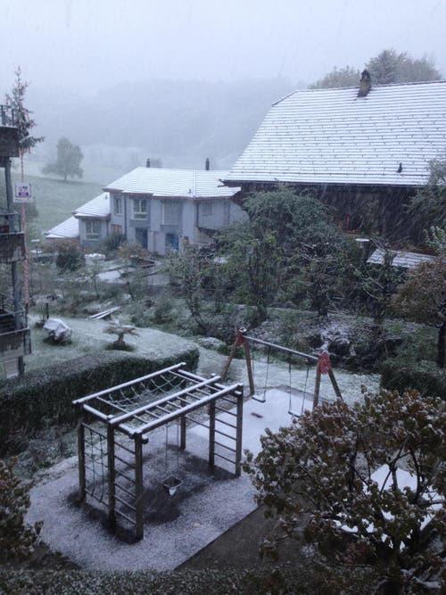 Schneefall am Montagmorgen in Adligenswil. (Bild: Sara Häusermann / luzernerzeitung.ch)