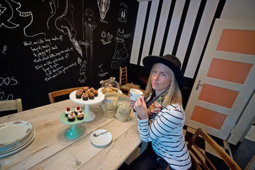 """Kaffeerösterin Sophia Wetterblad, welche zusammen mit Katharina Steiner von """"Die Zuckerbäckerin"""" ein Kaffee führt. (Bild: Pius Amrein / Neue LZ)"""