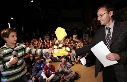 Der 11-jährige Michael Notter überreicht die «Saure Zitrone 2006» an Hubert Schumacher von den VBL für das Plakat, das zwei mit Ketchup bekleckerte Kinder zeigt mit dem Slogan «Wie die Kids, so der Sitz». (Archivbild Neue LZ)