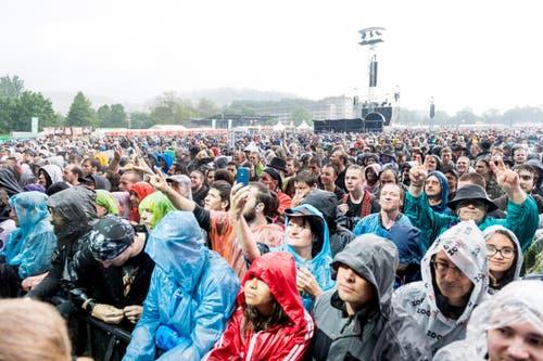 Die Zuschauer müssen sich während des Konzertes von Sabaton in Regenkleider hüllen. (Bild: Roger Grütter)